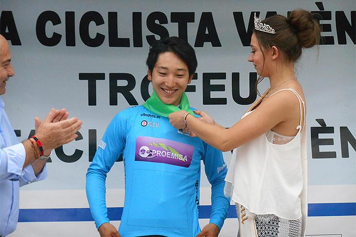 スプリント賞をキープし、ミスナクエラに祝福される渡邊歩(日本U23/EQADS/LA BANDE)