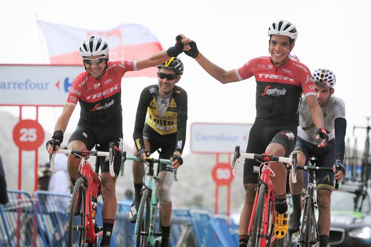 コンタドールの勝利を喜ぶヤルリンソン・パンタノ(コロンビア)とヘスス・エルナンデス(スペイン)