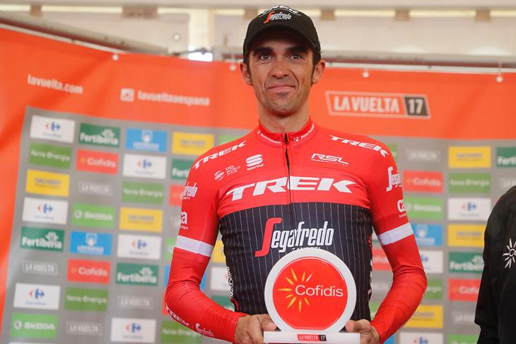 満足げな表情で表彰を受けるアルベルト・コンタドール(スペイン、トレック・セガフレード)