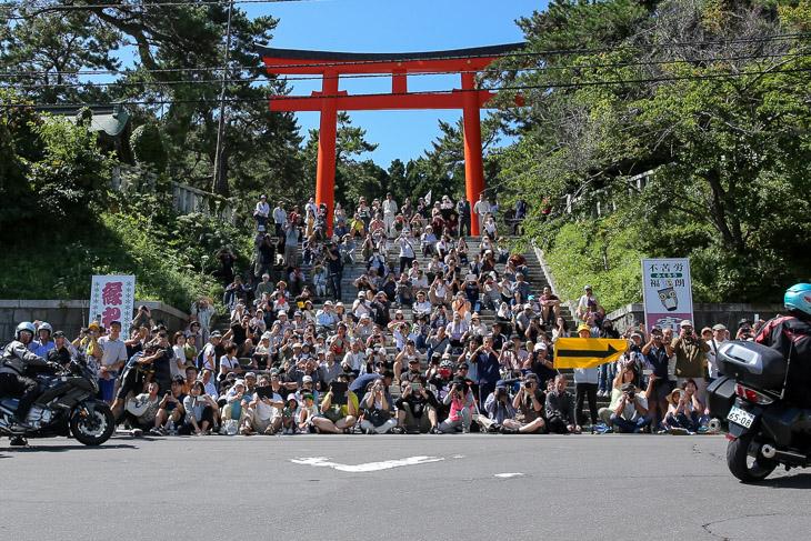 函館護国神社前は観客でいっぱい