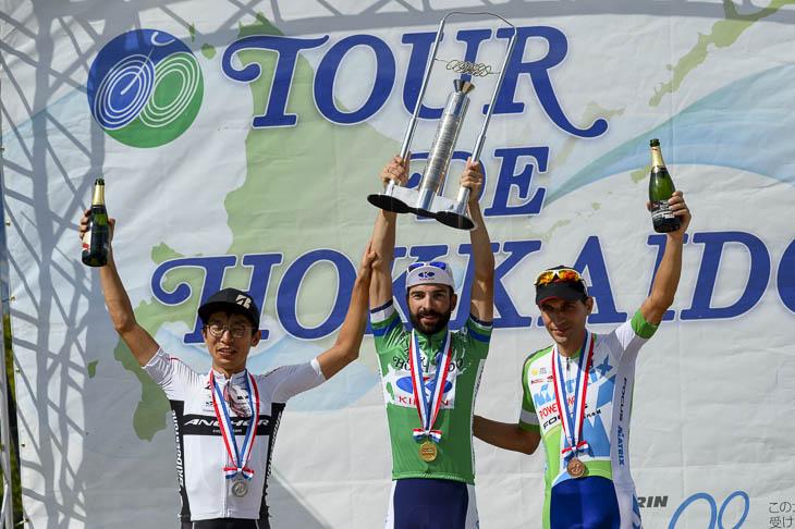 個人総合優勝・マルコス・ガルシア(キナンサイクリングチーム)、2位・西薗良太(ブリヂストンアンカー)、3位・ホセ・ビセンテ(マトリックスパワータグ)