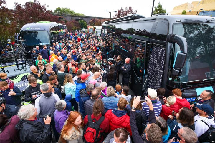 人だかりができるチームスカイのバス