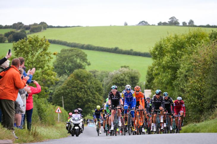 UCIワールドチームを中心とした50名で形成された第1集団