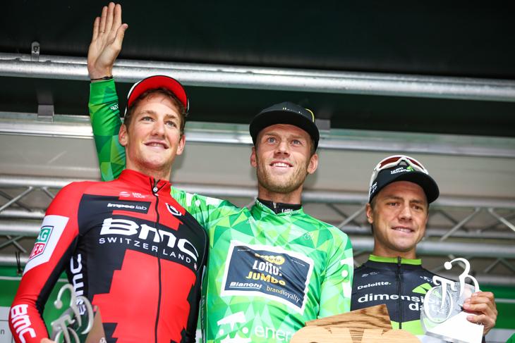 最終総合表彰台 3位シュテファン・キュング(スイス、BMCレーシング)、1位ラルス・ボーム(オランダ、ロットNLユンボ)、2位エドヴァルド・ボアッソンハーゲン(ノルウェー、ディメンションデータ)
