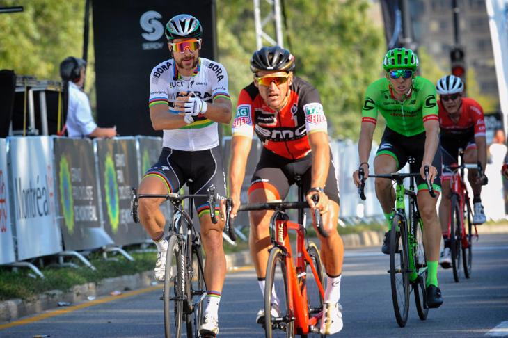 集団の先頭でゴールするペテル・サガン(スロバキア、ボーラ・ハンスグローエ)やグレッグ・ヴァンアーヴェルマート(ベルギー、BMCレーシング)