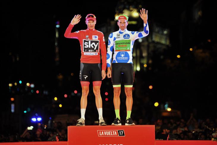 フルームと共に表彰台に上がる山岳賞を獲得したダヴィデ・ヴィレッラ(イタリア、キャノンデール・ドラパック)
