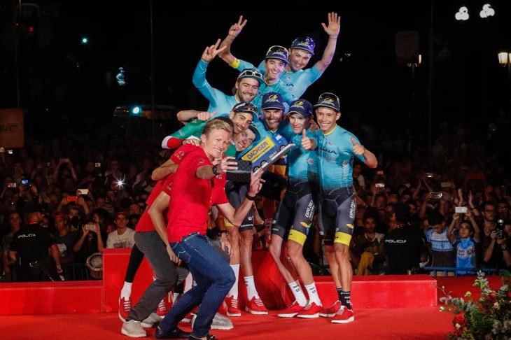 アレクサンドル・ヴィノクロフGMと、チーム総合成績首位を獲得したアスタナのセルフィー