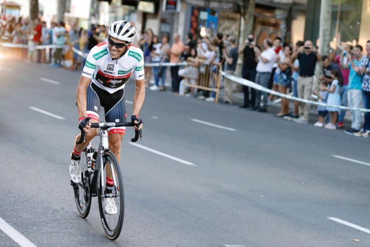 ファンの大声援を受けながら、単独でマドリード周回コースに到着したアルベルト・コンタドール(スペイン、トレック・セガフレード)