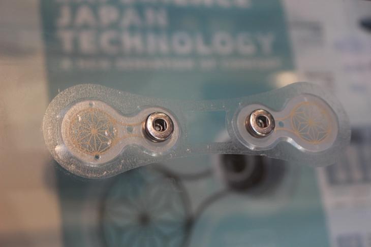 粘着テープのような素材で肌に装着する