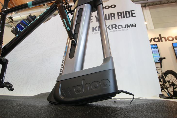 コースデータの勾配に応じてフォークマウントが上下する機構をもつ Kickr Climb