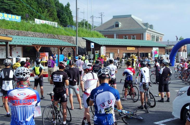 道の駅「赤来高原」の会場には120人のサイクリストが集結した