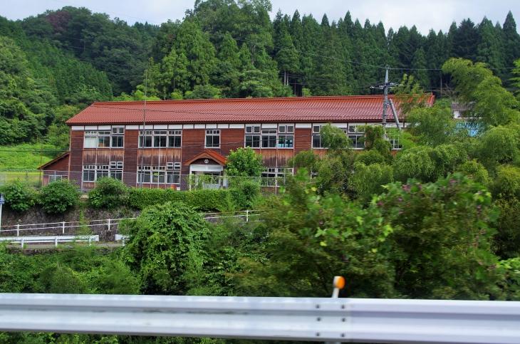 今では貴重な木造校舎の小学校。ゆっくり訪れてみたいところだ