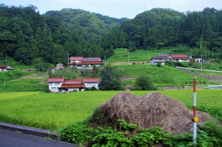 同町塩谷の渓谷は段々畑と山陰地方独特の赤い瓦屋根「石州瓦」の家が姿を見せる