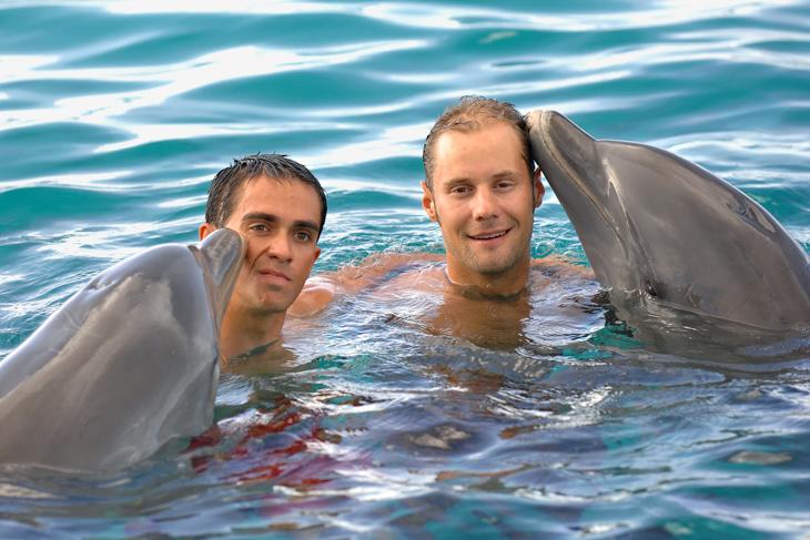 2007年 オフシーズンにボーネンと一緒にイルカにキスされるアルベルト・コンタドール(ディスカバリーチャンネル)