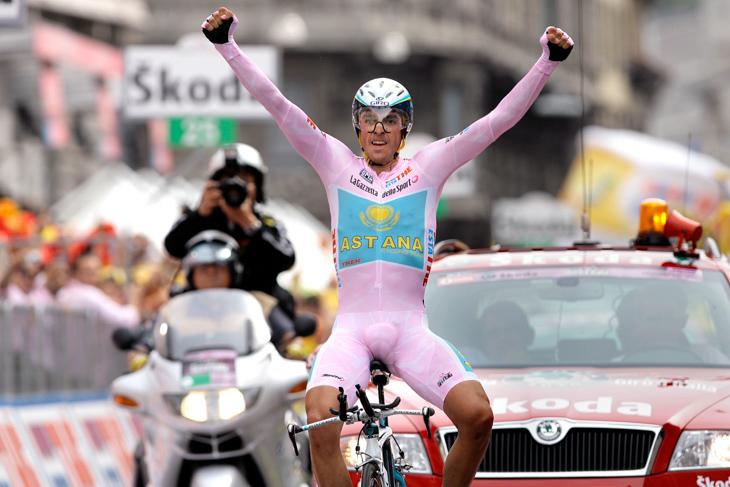 2008年 マリアローザを着て最終個人TTをフィニッシュするアルベルト・コンタドール(アスタナ)