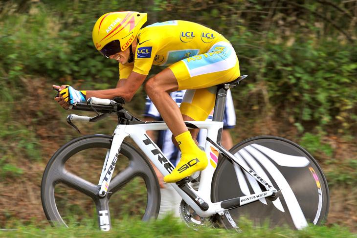 2009年 マイヨジョーヌを着て個人TTを走るアルベルト・コンタドール(アスタナ)