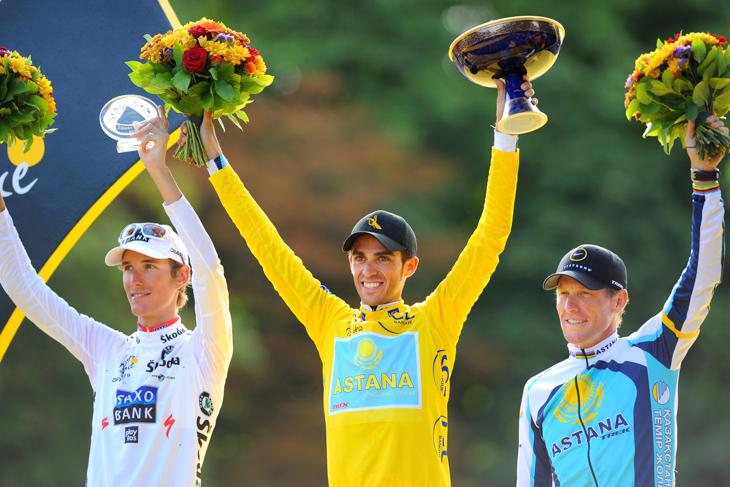 2009年 チームメイトで総合3位のアームストロングとともにツール・ド・フランスの総合表彰台に登るアルベルト・コンタドール(アスタナ)