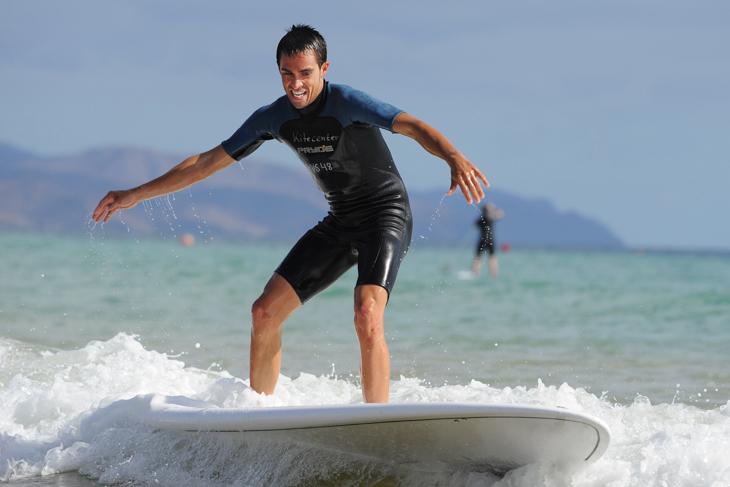 2010年 オフシーズンにサーフィンを楽しむアルベルト・コンタドール(アスタナ)