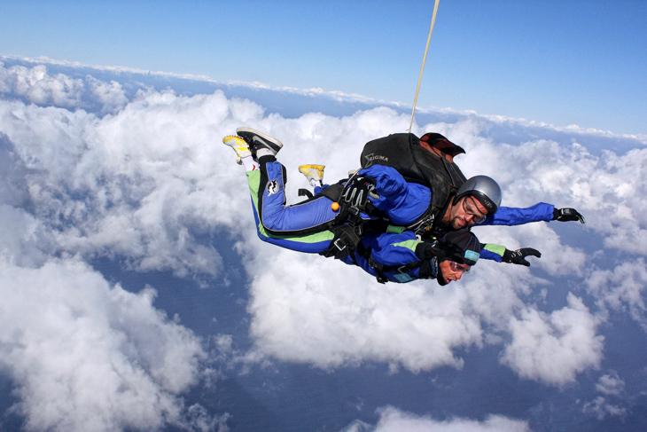 2011年 スカイダイブを楽しむアルベルト・コンタドール(サクソバンク・サンガード)