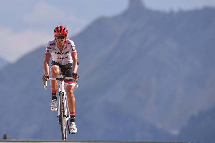 2017年 ツール・ド・フランスのイゾアール峠にフィニッシュするアルベルト・コンタドール(トレック・セガフレード)