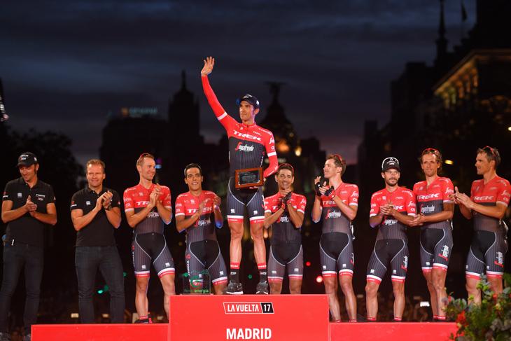 2017年 マドリードの表彰台に上がるアルベルト・コンタドール(トレック・セガフレード)