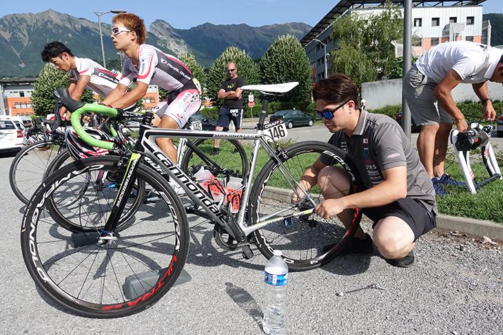 選手のバイク調整を行う高橋優平メカ。スタッフによるサポートもレースには欠かせない