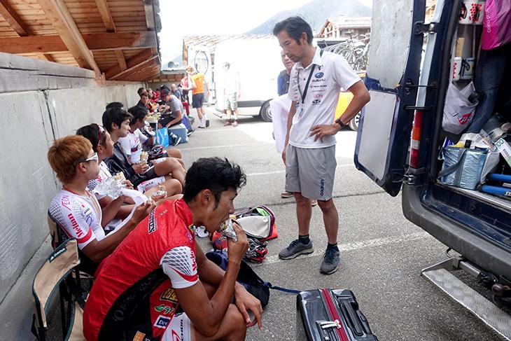 山岳ステージ前のミーティング。選手、スタッフともに疲労の色が見えてきている
