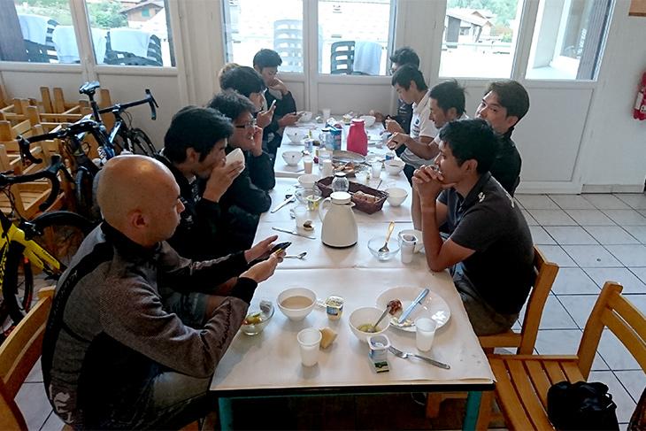 選手達と朝の食卓を囲む浅田監督とスタッフ
