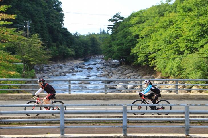 雫石川を渡る