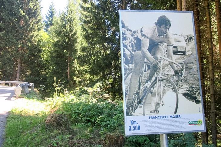 オヴァロ・ルートの沿道にはフランチェスコ・モゼールら名選手へのオマージュの看板が