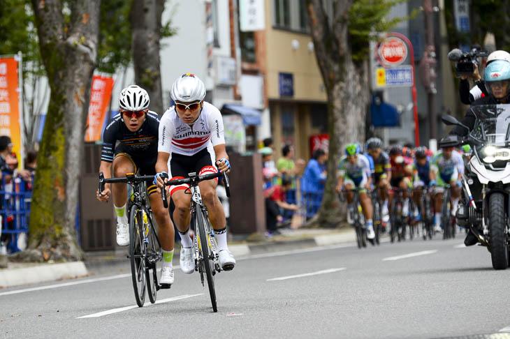 2周目 U23全日本チャンピオンの横山航太(シマノレーシング)、高木三千成(東京ヴェントス)が飛び出すも、直後に集団が迫る