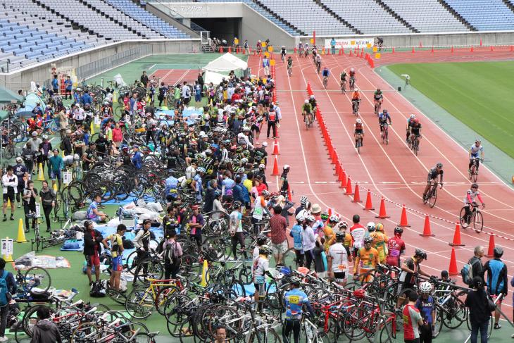 コース脇では数多くの参加者が仲間の到着を待つ