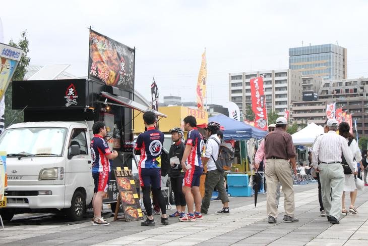 お昼休みにケータリングカーに並ぶ選手