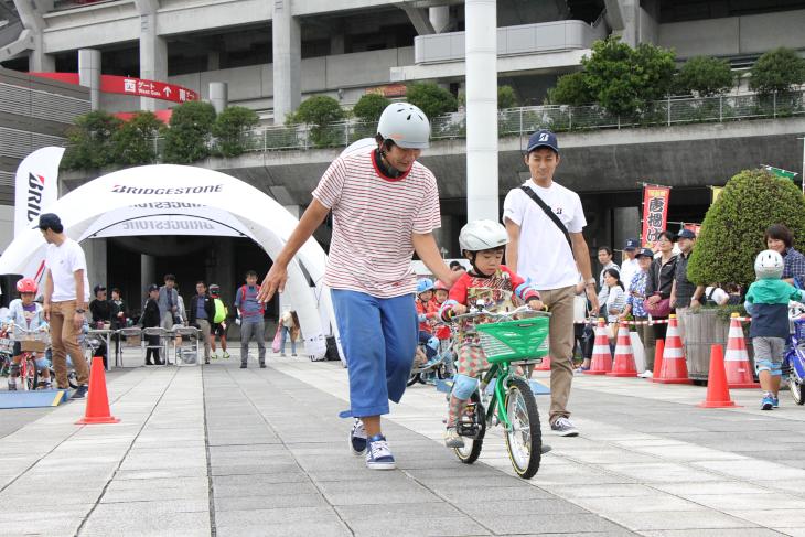 一生懸命自転車を乗りこなそうとするキッズ