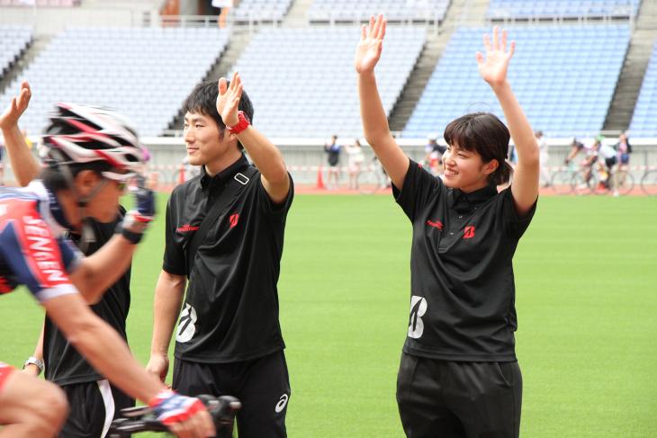 川本選手、相園健太郎選手、藤井美穂選手がファーストライダーを送り出す