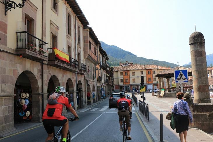 ピコス・デ・エウロパ山脈に位置する小さな街、ポテスを通り抜ける