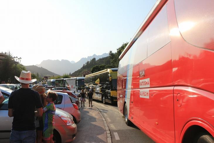 今日は珍しくチームバスが渋滞を起こしていた