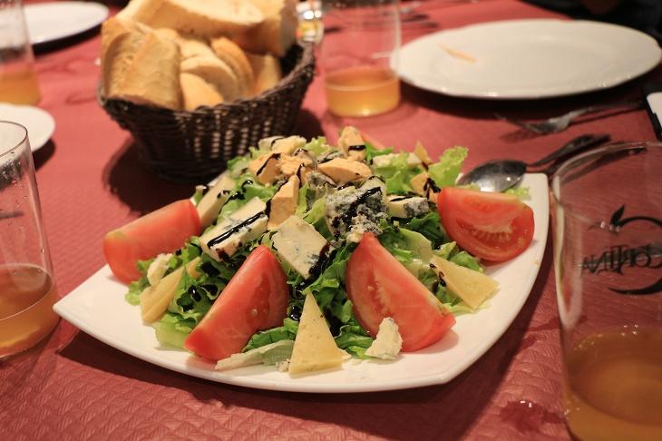 前菜はブルーチーズの乗ったサラダ