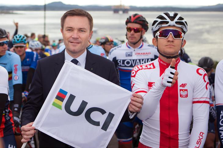 ダヴィ・ラパルティアンUCI会長と並ぶミカル・クウィアトコウスキー(ポーランド)