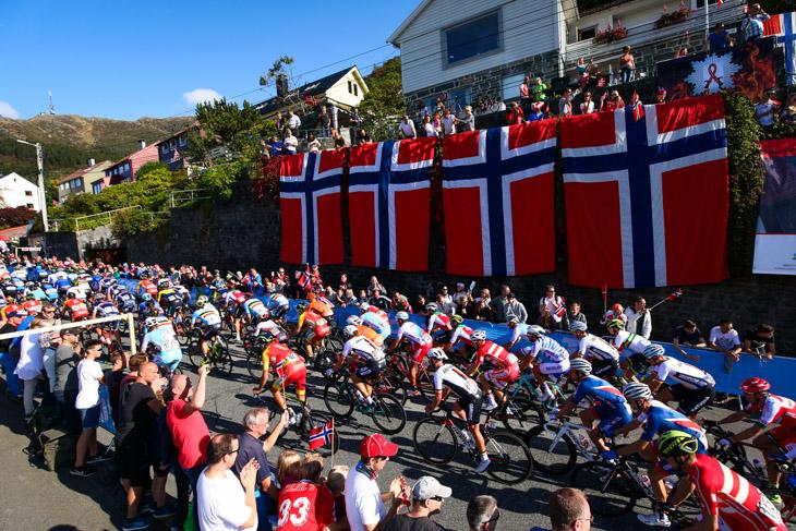 ノルウェー国旗が沿道のあちこちに