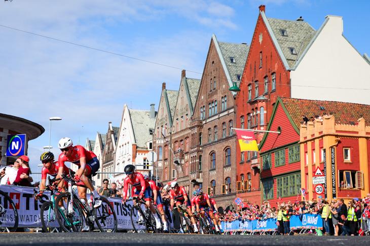 集団前方で走り続ける地元ノルウェー