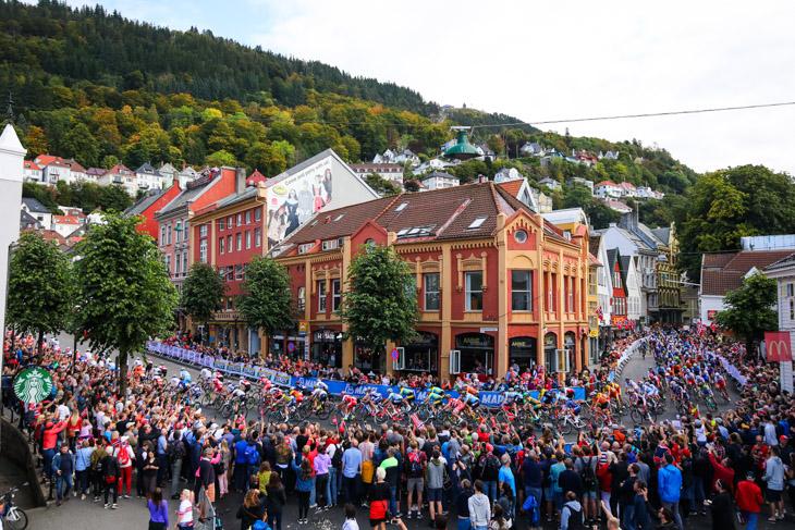 観客が詰めかけたベルゲン市内を駆け抜ける