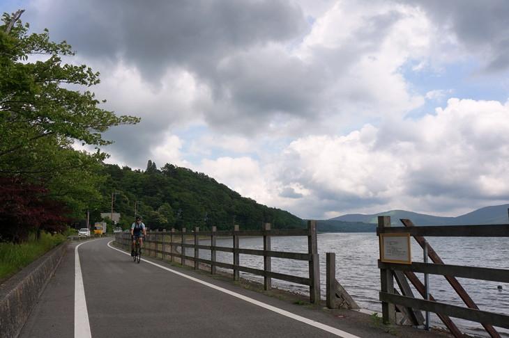 湖畔に沿って一周できる山中湖のサイクリングロードは、天気が良ければ富士山が一望できるのですが…