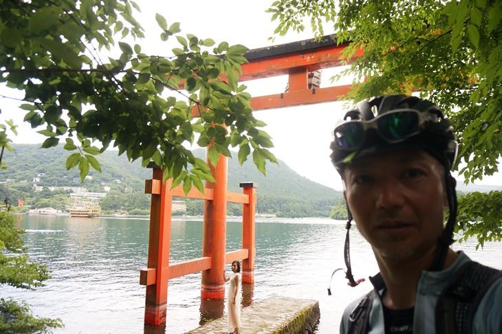 """湖上に突き出した箱根神社""""平和の鳥居""""にて。ここも外国人観光客に人気のスポットみたいです"""