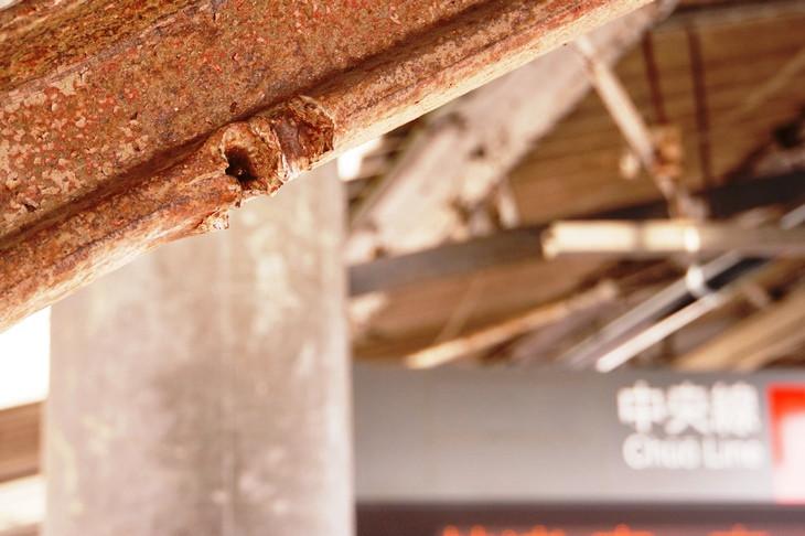 歴史の生き証人。駅ホームの柱には太平洋戦争当時に受けた銃撃の痕跡が今も残る