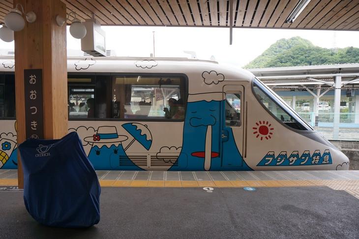 フジサン特急となったもと小田急ロマンスカー20000形には、58種類の富士山が描かれていました(笑)