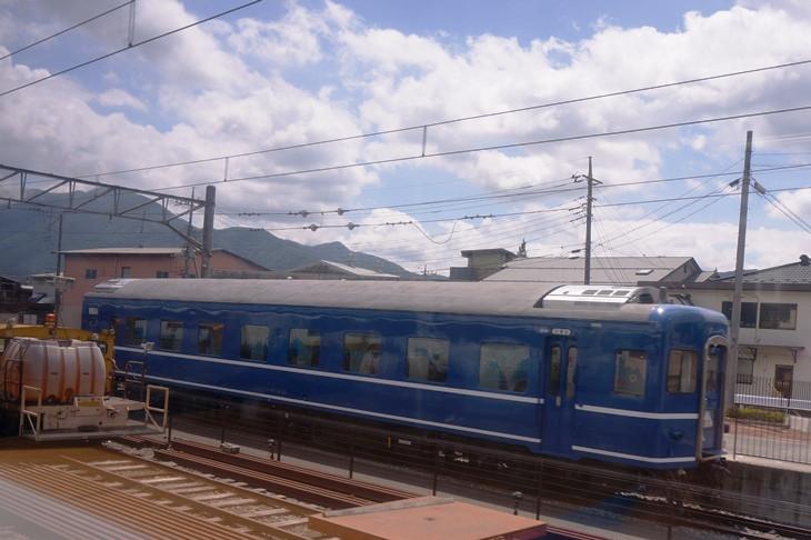 """下吉田駅構内で展示されているブルートレイン客車は、富士山つながりで寝台特急""""富士""""のヘッドマーク付き!"""