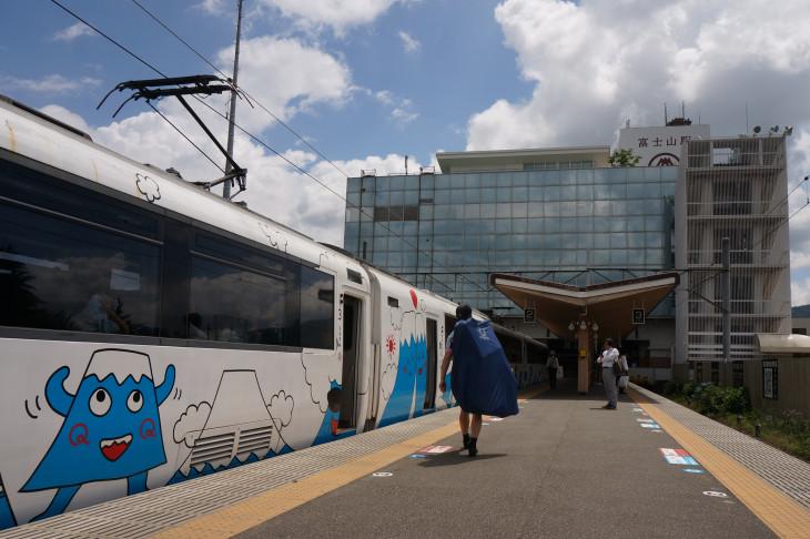 スイッチバック構造の富士山駅で下車。フジサン特急のイラストはよくよく観察するとけっこう面白い(笑)