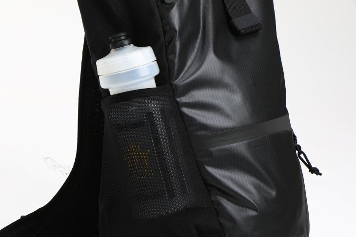 ボトルの収納に最適なサイドポケットが設けられている