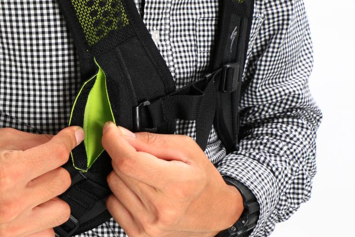 Base Miles Stormproofのショルダーストラップには小型ポケットが備えられた